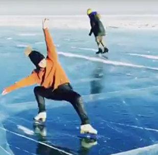 奥运冠军索特尼科娃在贝加尔湖上展示花滑技巧