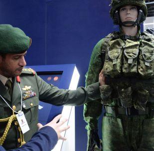 阿布扎比國際防務展(IDEX-2019)上一名觀眾正在看俄羅斯「勇士」單兵作戰系統。