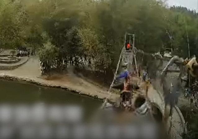 在中國因有人晃動橋體並將其弄壞致使6名遊客掛在繩索橋上