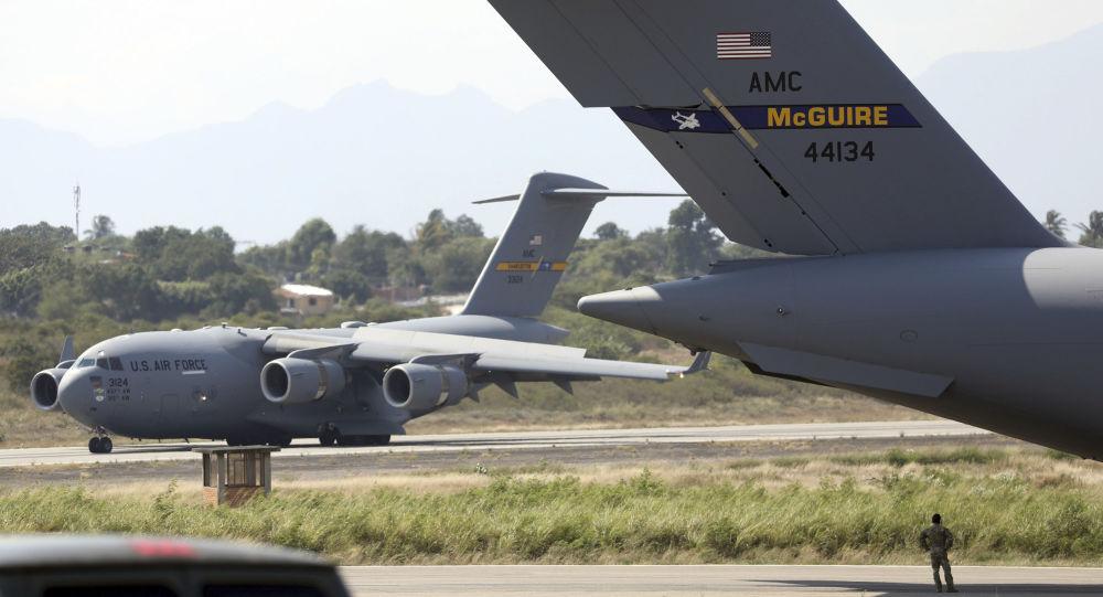 美国向哥伦比亚派出一批军用飞机