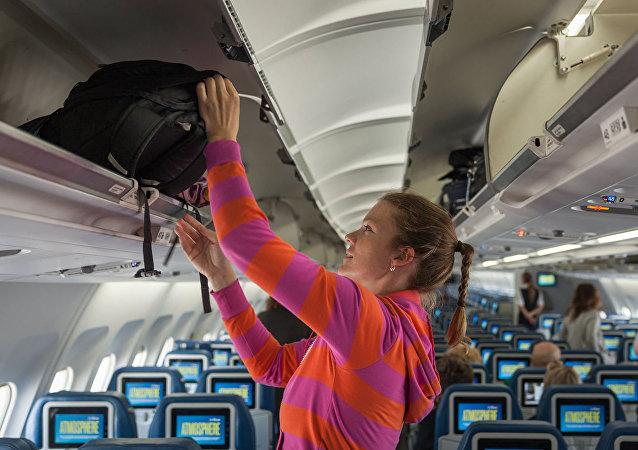 空姐爬进手提行李架让乘客大吃一惊