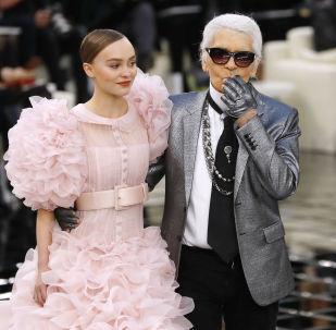 2017年1月,时装设计师卡尔•拉格斐和模特莉莉-罗丝•德普在巴黎时装展上