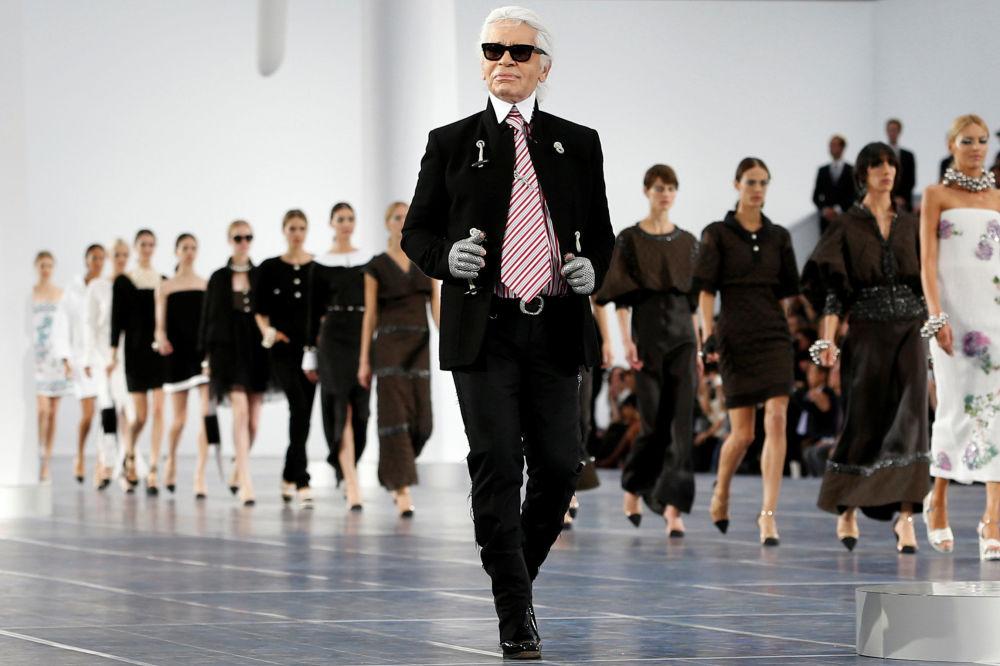 时装设计师卡尔•拉格斐在香奈儿秀后,在T台上,2012年