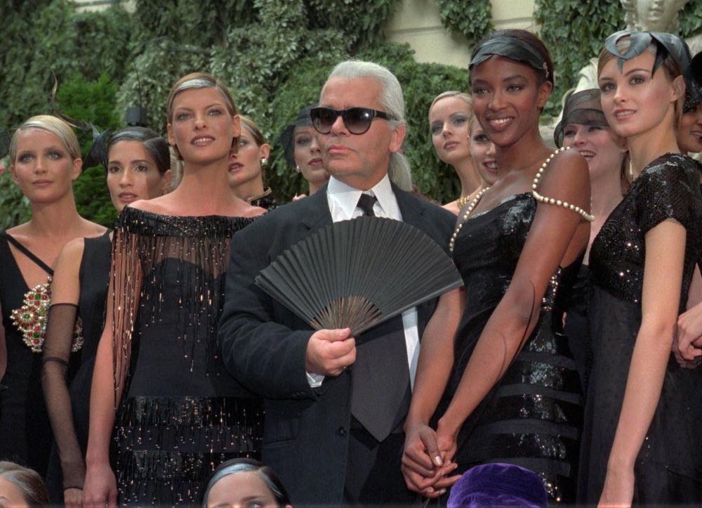 在香奈儿的新款产品秀后,时装设计师卡尔•拉格斐被模特们簇拥着,1996年