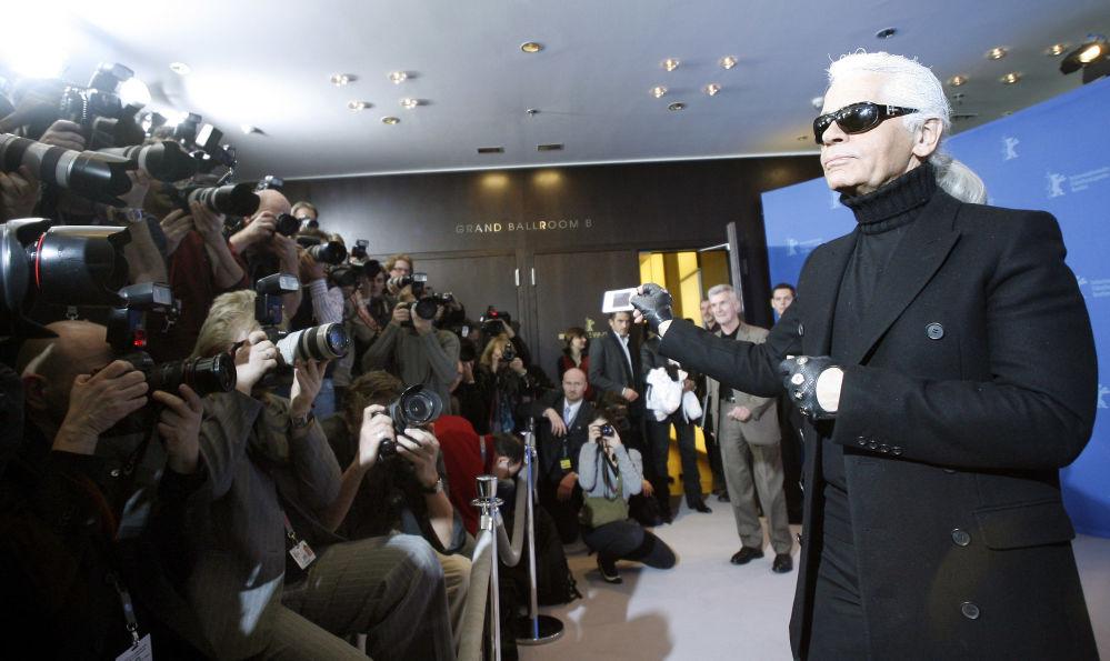 在第57届柏林电影节上,时装设计师卡尔•拉格斐在为电影《拉格斐尔德的秘密》拍照时摆姿势