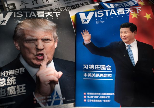 Портреты президента США Дональда Трампа и председателя КНР Си Цзиньпина на обложках журналов в Пекине, Китай