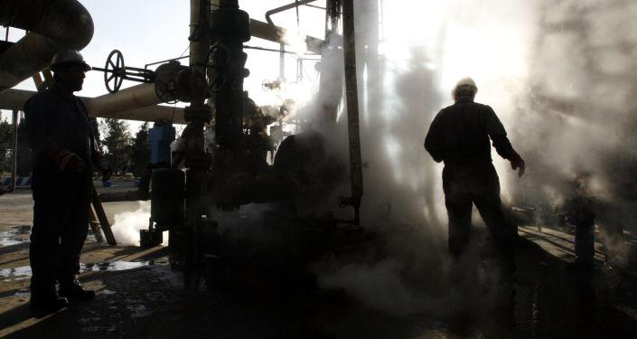 Работник на нефтеперерабатывающем заводе в Иране