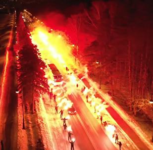 俄球迷點亮百米公路為澤尼特球隊助威
