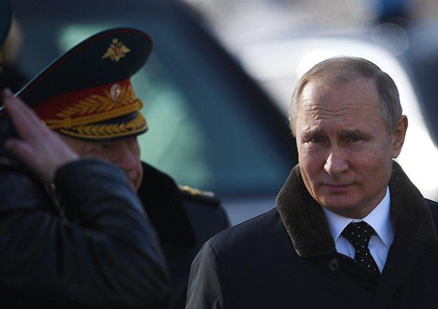 普京向莫斯科无名战士墓敬献花环