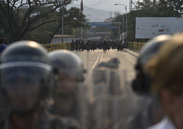 委内瑞拉军方收到命令在哥伦比亚边境部署兵力