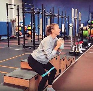 瑪利亞·莎拉波娃展示如何鍛鍊臀部和腹肌