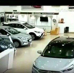 一女子踩錯踏板毀壞車行內的汽車