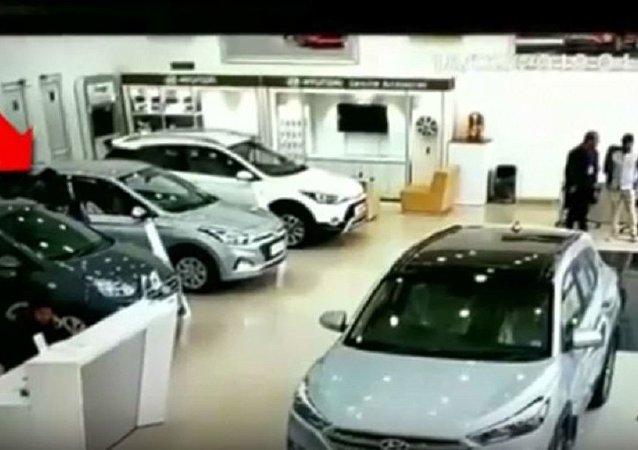一女子踩错踏板毁坏车行内的汽车
