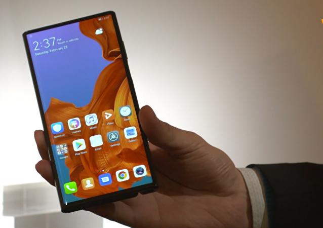 华为发布首款5G折叠屏手机