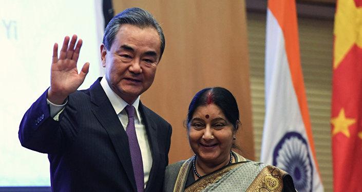 王毅會見出席中俄印外長會晤的印度外長斯瓦拉吉