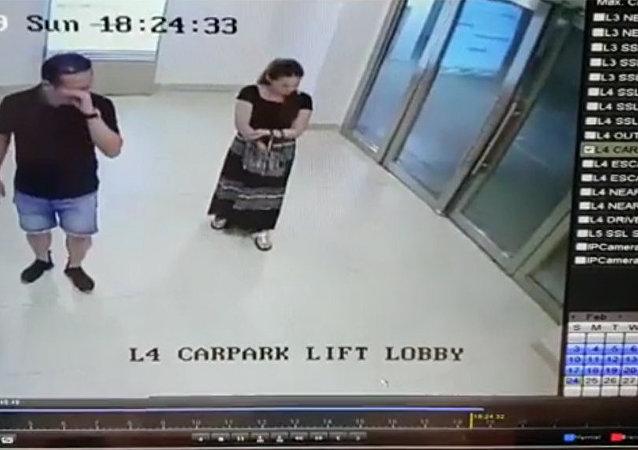 新加坡一扇玻璃大門砸在一名女子身上