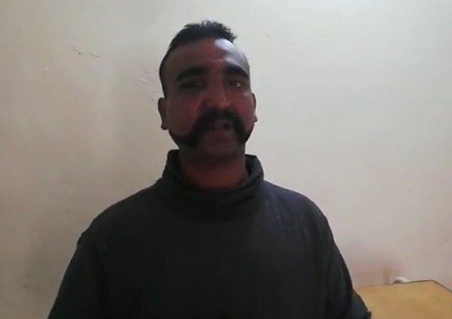 巴军击落的疑似印度飞机飞行员接受审讯的视频在网上公开