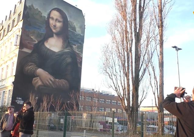柏林出现巨幅《蒙娜丽莎》