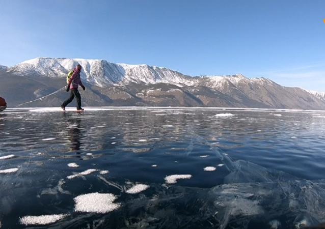 瑞典女游客滑雪15天穿越贝加尔湖