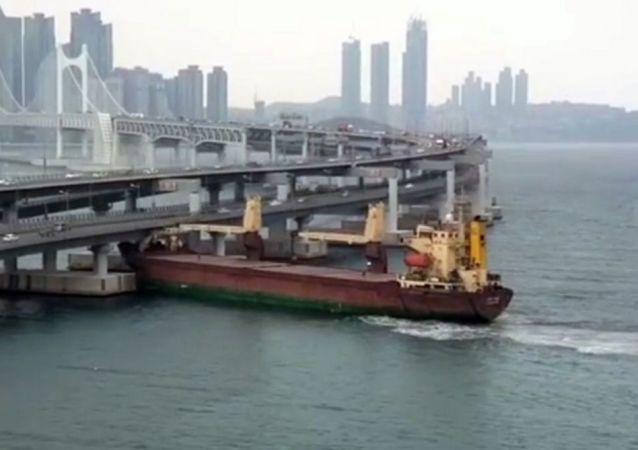 在韩国釜山港口撞桥的俄罗斯船只Seagrand号
