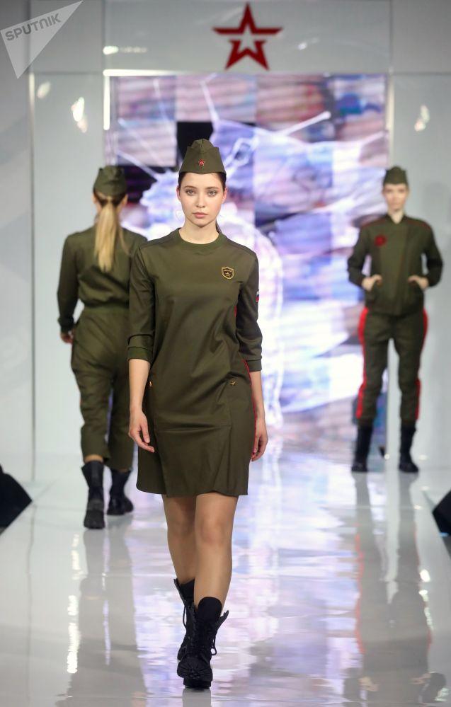 """模特展示时装设计师克里斯蒂娜·科尔普设计的""""忠于祖国""""军装系列"""