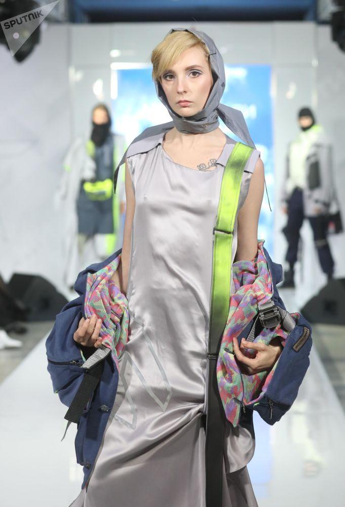 """模特展示时装设计师雅丽安娜·穆罕穆德设计的""""和平之路""""军装系列"""