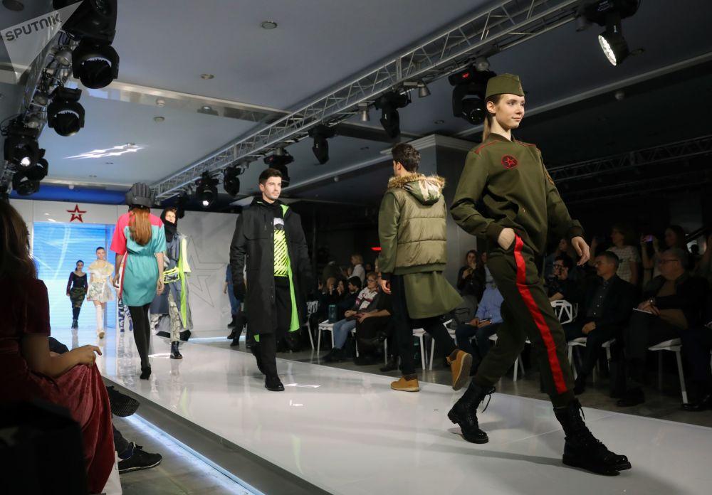 """模特在""""俄罗斯军队""""军服设计大赛决赛上展示军服"""