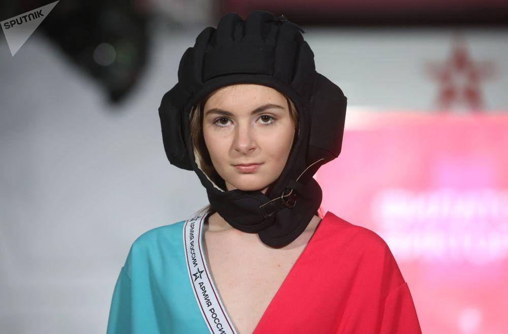 """模特展示时装设计师维克多利亚·费拉多娃的""""坦克隆隆""""军装系列"""