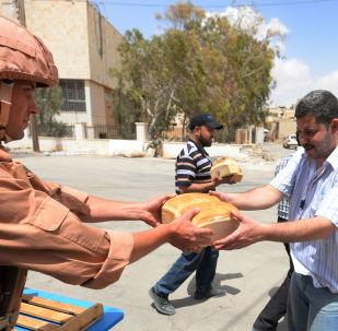 俄軍方向阿勒頗居民分發4噸麵包