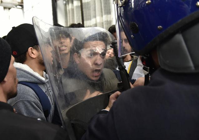 阿尔及利亚重启示威反对提名总统竞选第五任