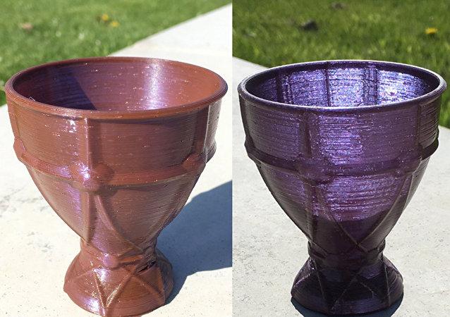 3D打印机打印的高脚杯颜色取决于照明