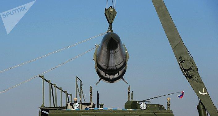 Загрузка ракеты на пусковую установку ракетного комплекса