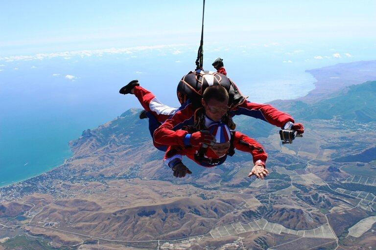 從4200米高空與教練員跳傘