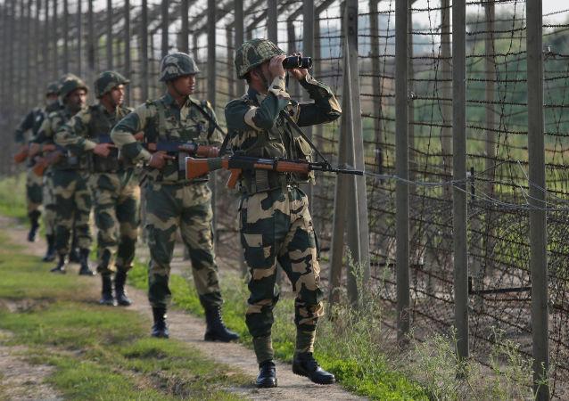 印度政府向有争议的克什米尔地区派遣数万名士兵