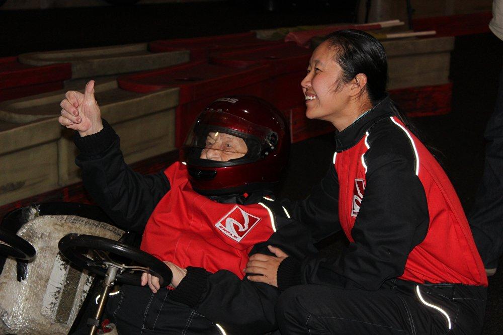 賽車比賽後,瑪利亞·科爾塔科娃與中國記者