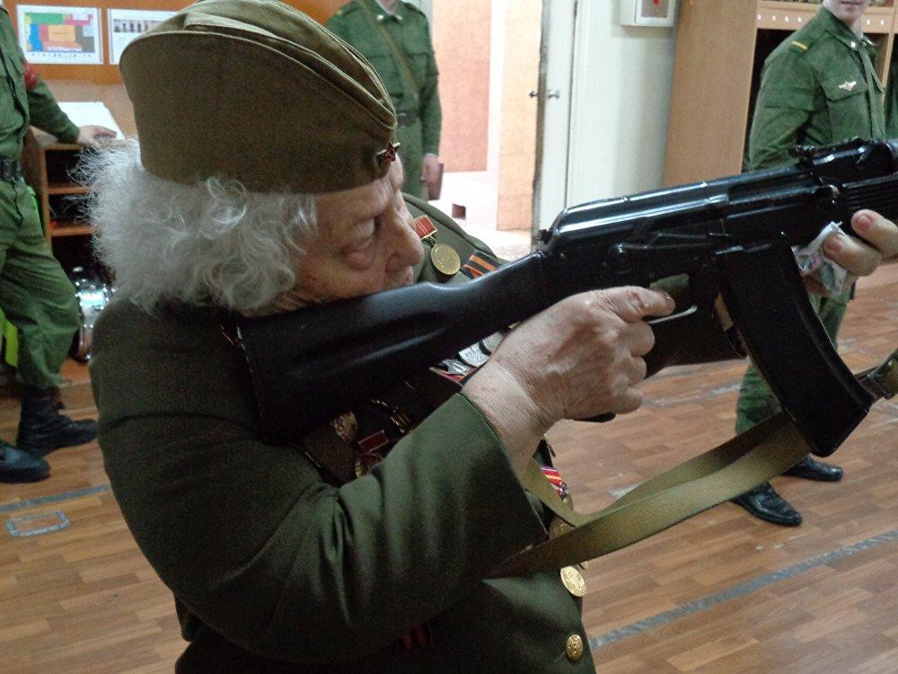 玛利亚·科尔塔科娃与入伍应招者见面
