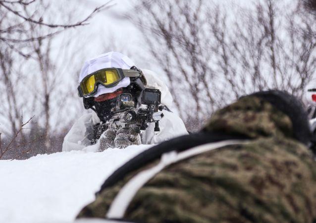 """俄罗斯联邦国家近卫军部队管理局摩尔曼斯克州分局""""貂熊""""特别迅速应变分队战士在北极训练。"""