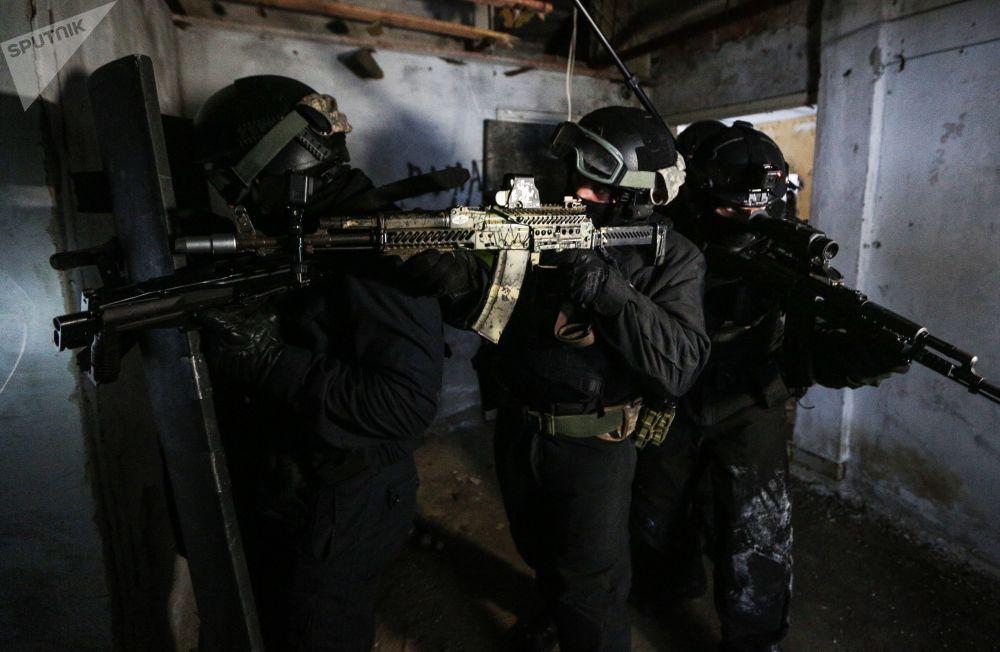 """俄罗斯联邦国家近卫军部队管理局摩尔曼斯克州分局""""貂熊""""特别迅速应变分队北极训练。"""