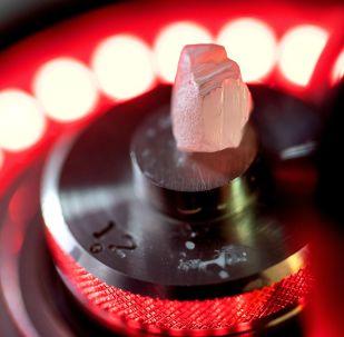 莫斯科埃罗莎钻石有限责任公司激光加工车间的钻石