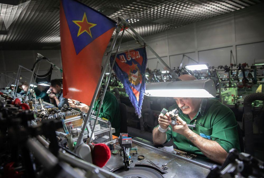 工作人員在車間打磨鑽石。橢圓形「華麗粉鑽」重14.83克拉,曾在莫斯科埃羅莎公司鑽石展上展出