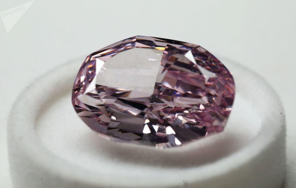 埃羅莎公司展出的橢圓形「華麗粉鑽」重14.83克拉,是俄羅斯生產的最貴鑽石