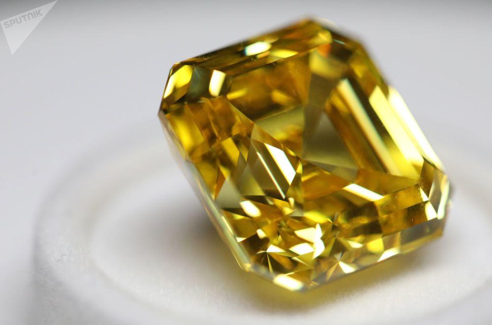 埃羅莎公司展出阿斯切型「璀璨黃鑽」,重20.69克拉,這是俄羅斯打磨的最大、最明亮的黃鑽