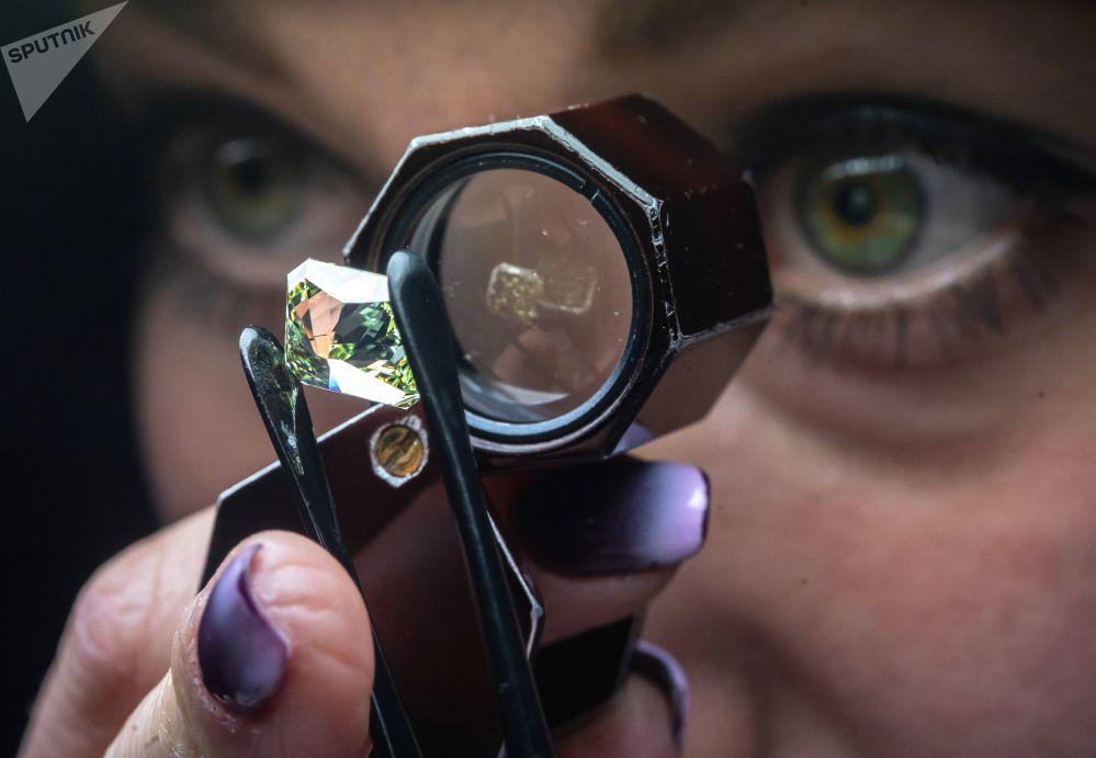在莫斯科埃羅莎鑽石有限責任公司技術控制和評估車間,一名女員工在鑒定鑽石