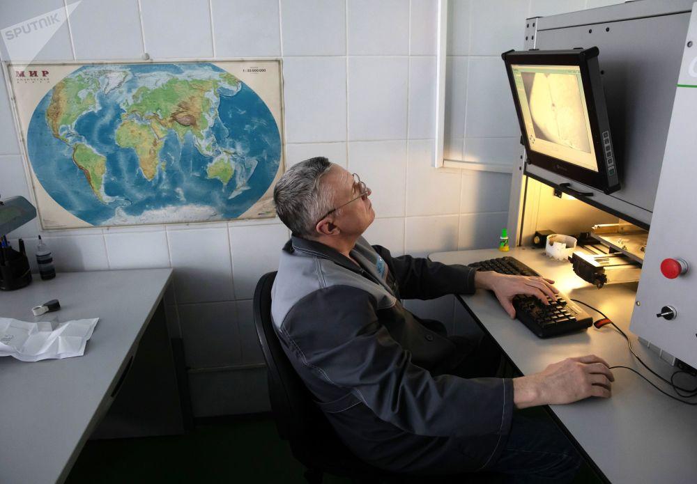 莫斯科埃罗莎钻石有限责任公司激光加工车间的工作人员