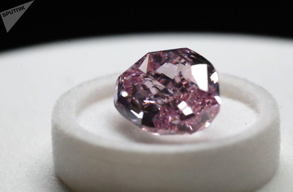 """埃罗莎钻石展上展出的""""优雅淡紫钻""""(Fancy Deep Purple-Pink Diamond),重11.06克拉,枕形切工。据世界权威宝石鉴定中心美国宝石学院(GIA)鉴定,这颗钻石是中心成立以来见过的这种颜色的最大钻石。"""
