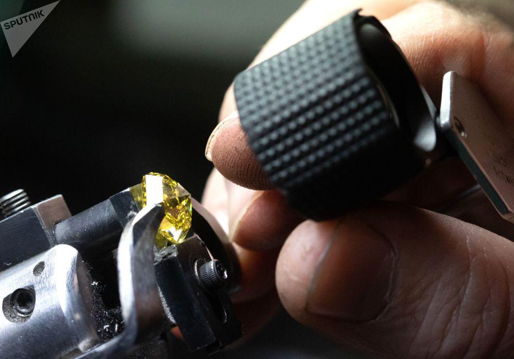 莫斯科埃羅莎鑽石有限責任公司的一名工作人員在切割車間檢查鑽石