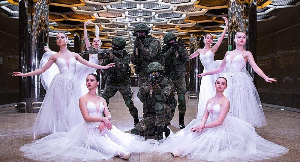 俄罗斯士兵与芭蕾舞演员地铁合影