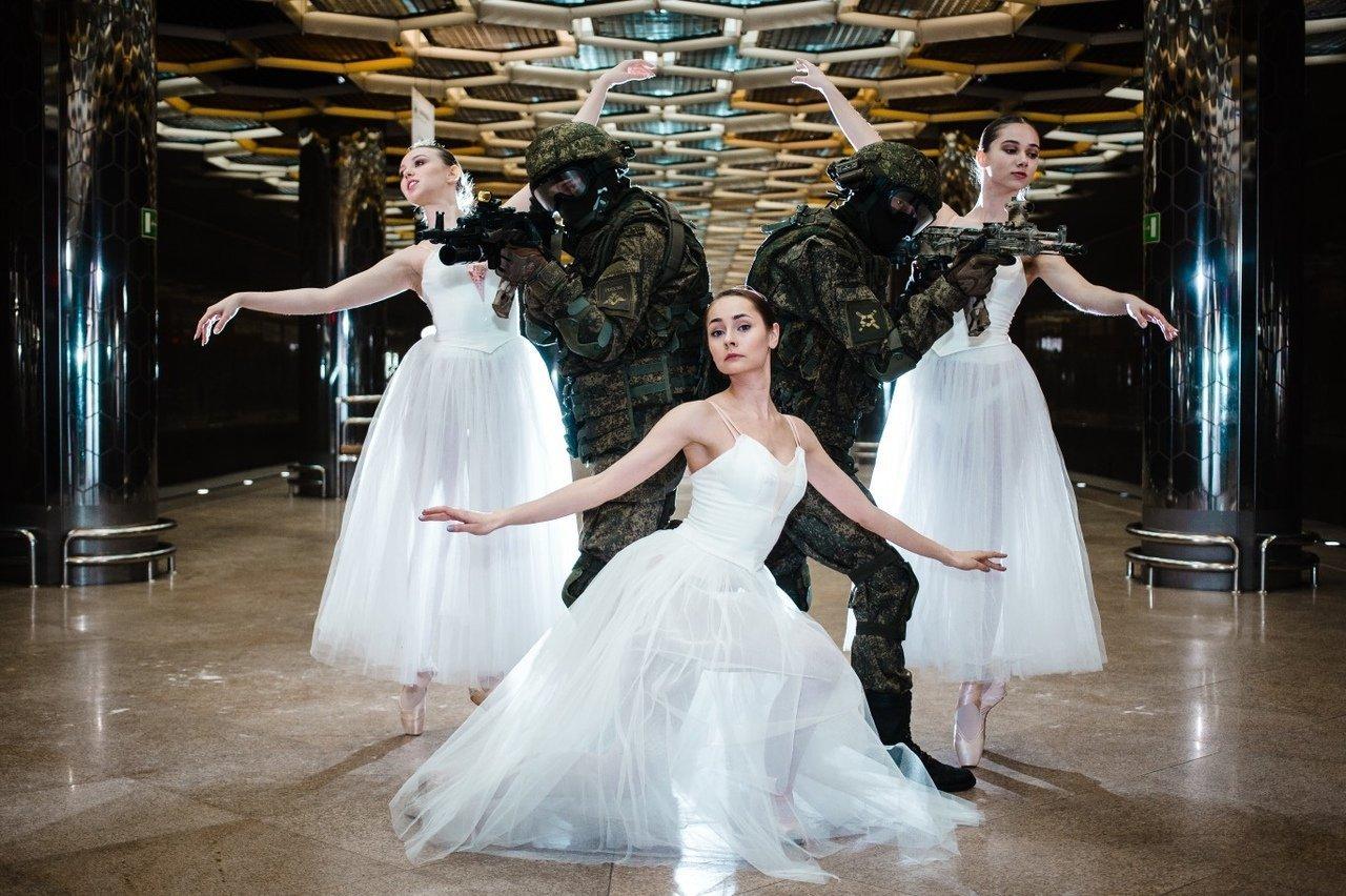 俄羅斯士兵與芭蕾舞演員地鐵合影
