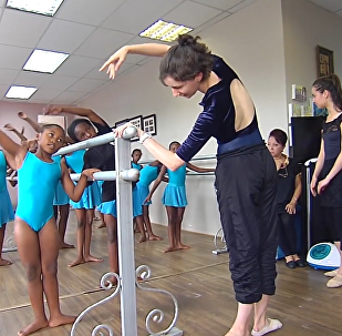"""""""俄罗斯芭蕾皇冠""""剧院在非洲教女孩跳舞"""