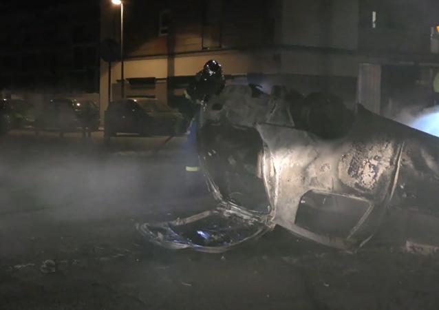 法国示威者焚烧数十辆汽车抗议警方